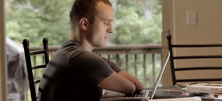 Kyle Maynard typing