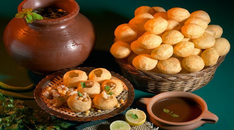 must-eat-food-delhi-gol-gappe-pani-puri